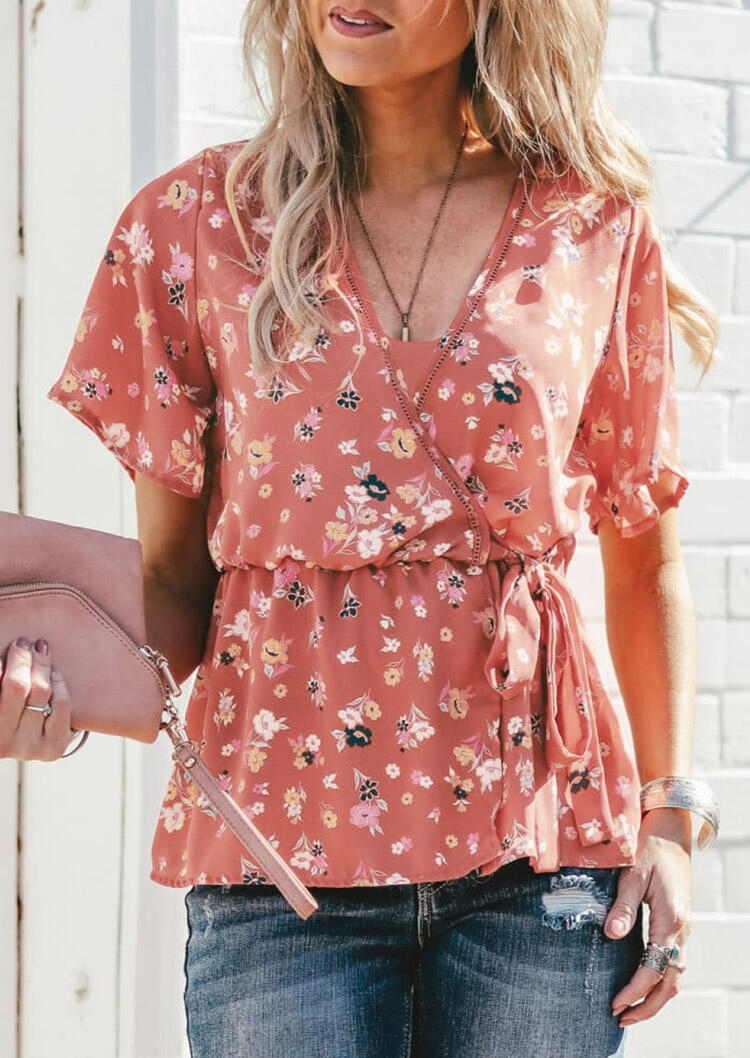 Blouses Floral V-Neck Drawstring Blouse without Necklace in Brick Red. Size: S,M